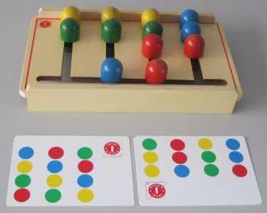 Laberinto de caminos de cuatro columnas. 12 semibolas de los cuatro colores básicos y guía básica. Coordinación del gesto (ojo-mano)