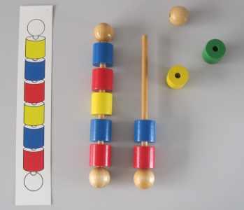 Ensartar bolas y cilindros. Motricidad fina