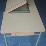 Mesa con tablero abatible agujereado con sujeción para material