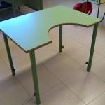 Mesa con escotadura de media luna y patas regulables