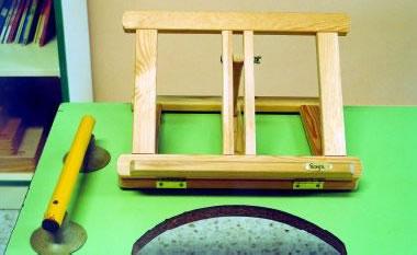 Atril de madera y barra horizontal con dos ventosas para agarrarse con la mano y conseguir mayor estabilidad del cuerpo