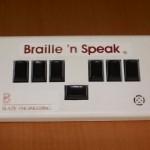 Es un instrumento electrónico de lectura y acceso a la información. Se trata de un sistema portátil de almacenamiento, proceso y edición de textos. La entrada de datos se lleva a cabo mediante un teclado braille de 6 puntos y la salida se produce a través de una síntesis de voz en español.