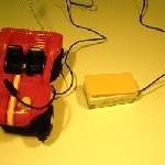 Adaptación para juguetes infantiles eléctricos (con pilas). A cualquiera de estos juguetes se les puede dotar de una salida para conectar un pulsador con clavija jack macho mono de 3,5 mm. Mientras esté presionado el pulsador estará activado el juguete siendo desactivado al dejar de presionar el pulsador.