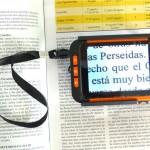 Lupa portátil de pequeñas dimensiones que permite la lectura de textos, ver fotos y objetos. La visualización puede ser en color o cambiar el contraste de negro sobre blanco o viceversa.