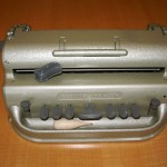 Máquina para la escritura en sistema braille que permite escribir un máximo de 31 líneas de 42 caracteres. Lleva incluido un soporte para facilitar la lectura. Es el instrumento de uso obligatorio para el aprendizaje de la escritura en braille en las etapas de Infantil y Primaria.