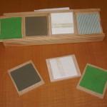 Juego de memoria adaptado para ciegos. Se compone de parejas de texturas diferentes que hay que localizar mediante el tacto. Permite jugar con niños videntes si se colocan un antifaz.