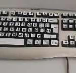 Adaptación del teclado con plantillas de colores realizadas con el Programa Tecla-2 (ONCE)